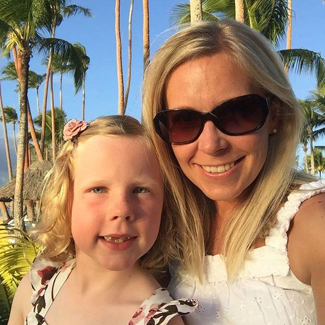 Sunset selfie with my littlest Love 💕☀️🌸 #fijisunset #fijilove #fijitime #nofilternecessary #motherdaughterlove #lovelylucytuesday #lovelyness #travellingpotterfamily @shangrila.fiji @fijiforfamilies #somuchloveforher #thatsmygirl #soverygrateful