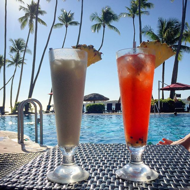 Ding, Ding, Ding 🔔 ... Happy Hour! 🏝🍹☀️ #cocktailsintheafternoon #happyhour #fijitime #shangrilafiji #relaxedandhappy #palmtreesandsunshine #holidayperks