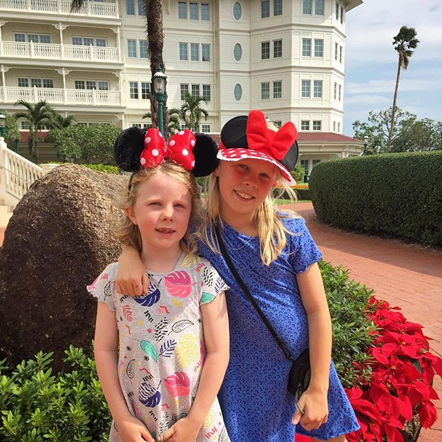 After the first day at @hongkong.disneyland the Little Lovelies decided they'd blend in more if they were wearing Minnie Mouse ears like everybody else 😆❣️ #minniemouseears #hongkongdisneyland #lovelylucytuesday #amazingarabellawednesday #disneylandhotel #disneylandhotelhongkong #minniemouse #kidsthattravel #travellingkids