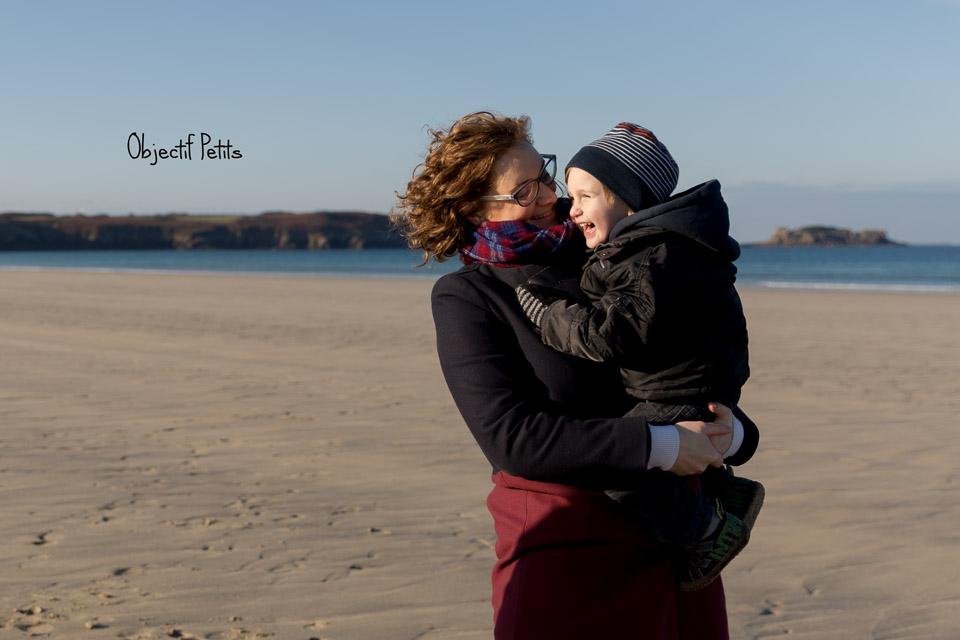 Photographe sur la plage à Brest | Séance photo en famille Brest | Objectif Petits, Photographe bébés, enfants familles Brest