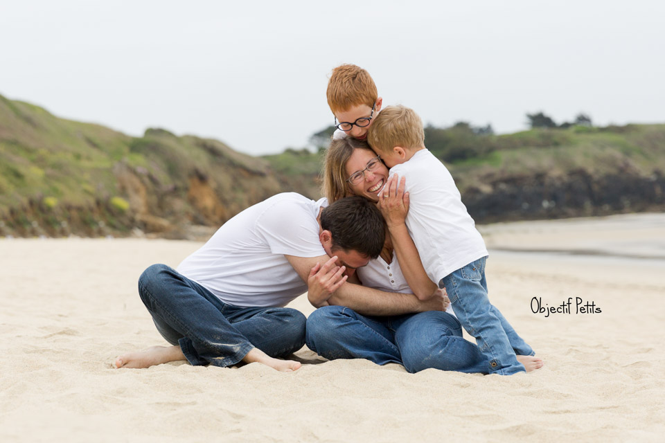 Mini-séances photos en famille sur la plage par Vanessa HERY, Photographe Mariage & Famille à Brest www.objectifpetits.com