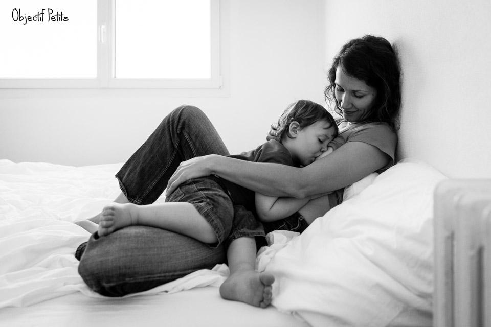 Séance photo avec bébé allaité | par Vanessa HERY Photographe Mariage et Famille à Brest (Bretagne, www.objectifpetits.com)
