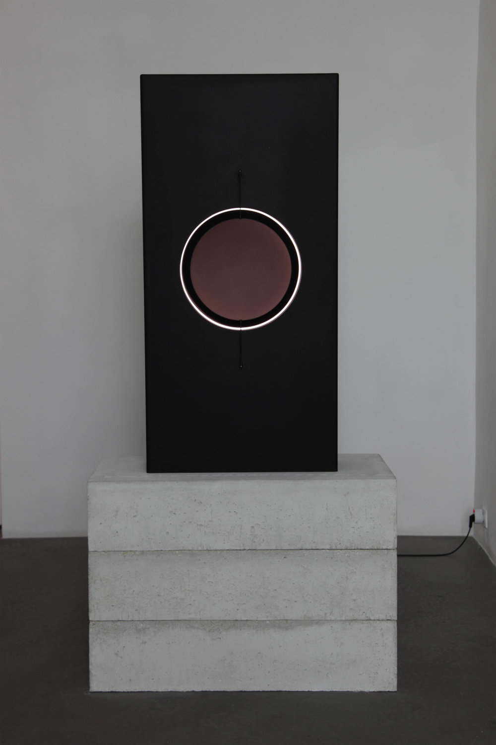 SPHEROLITHE   Floor sculpture Anodized, bead-blasted aluminum, LED light source 135 x 64 x 20 cm ed. 2/3