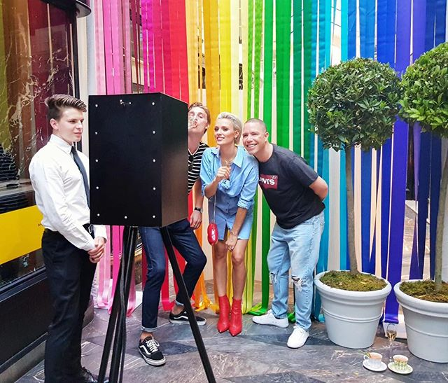 Happy Pride London! 🌈 Keep being diverse! . . . . #pride #pridemonth #pridematters #summer #summertime #london #mayfair #photobooth #party #obscura #rainbow #fashion #mensfashion #thelondonlightbox  #TGIF