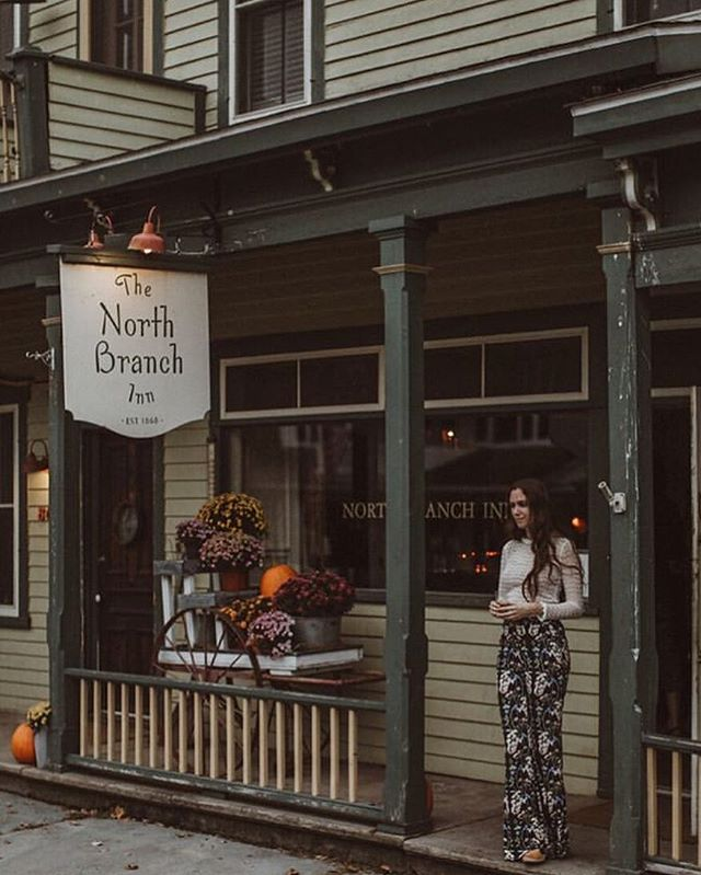 Make like @catskillmountainhouses and ready yourself for warm weather, flowers, and bell bottoms 🌸  Spring is the perfect time to peep property in the area - get yourselves a brunch date followed by some exploring! 📷 @pbcrosby