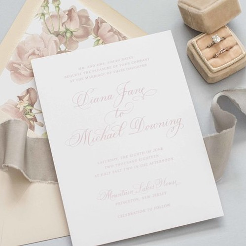 Classic calligraphy paired with a floral envelope liner = perfection! This invite is part of The Love collection, and is customizable 😍Calligraphy by @maryellencalligraphy
