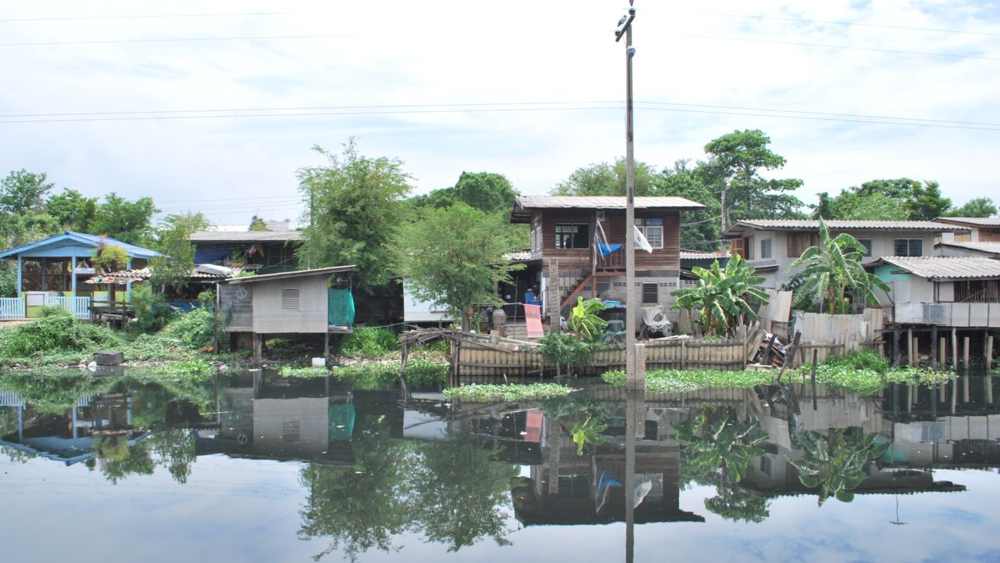 Slums along the Klong Bangbua river canal in Bangkok's Bangkhen District. (Source: Walter Fieuw)