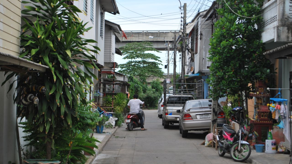 Slum dwellers along the Klong Lamnum river canal have been upgraded to a low-cost neighborhood. (Source: Walter Fieuw)