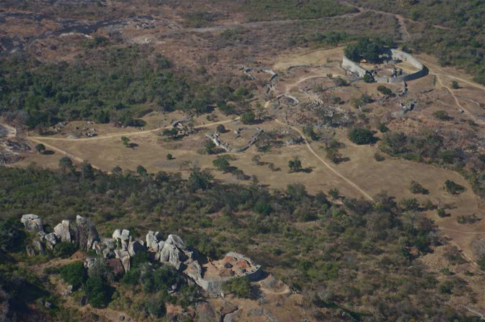 Aerial view of Great Zimbabwe, Hill Complex in the foreground (Source: Janice Bell, Wikimedia Commons)