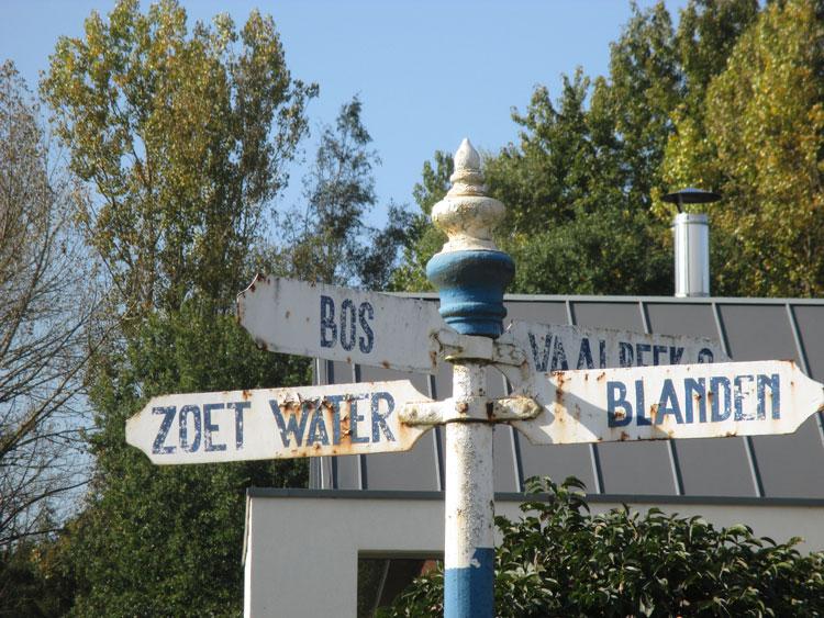 Het Senneke, Vaalbeek, gelegen tussen Het Zoet Water, het bos en Blanden. Wegwijzer. Foto RC.