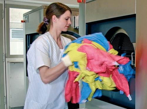 FYLL MASKINEN - Mopper eller kluter legges i vaskemaskin. Avhengig av om du skal vaske mopper eller kluter, så skal de i vaskemaskinen før prosessen fortsetter automatisk med korrekt dosering av vaskemidler fra pumpesystemet som er programmert i likhet med maskinen