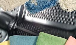 ProMop®System - Nøyaktig regulert fremgangsmåte for vask og forberedelse av tekstiler som brukes til rengjøring. Kan brukes uavhengig av spesifikke produsener av tekstiler og vaskemaskiner. ProMop systemet garanterer en jevn og høy kvalitet for daglig rengjøring. Godkjent dokumentert og hygienisk rengjøring og desinfeksjon av mopper og kluter som brukes til rengjøring. Dette gir de beste resultater for daglig rengjøring på alle overflater
