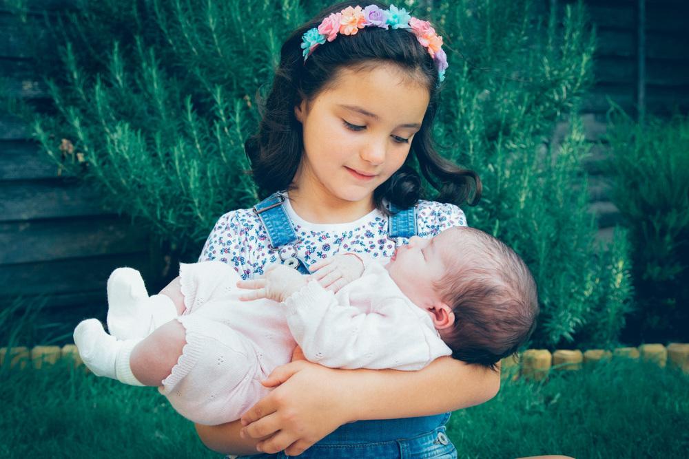 sibligs-sister-baby-daughter-family-photography-natural-love.jpg