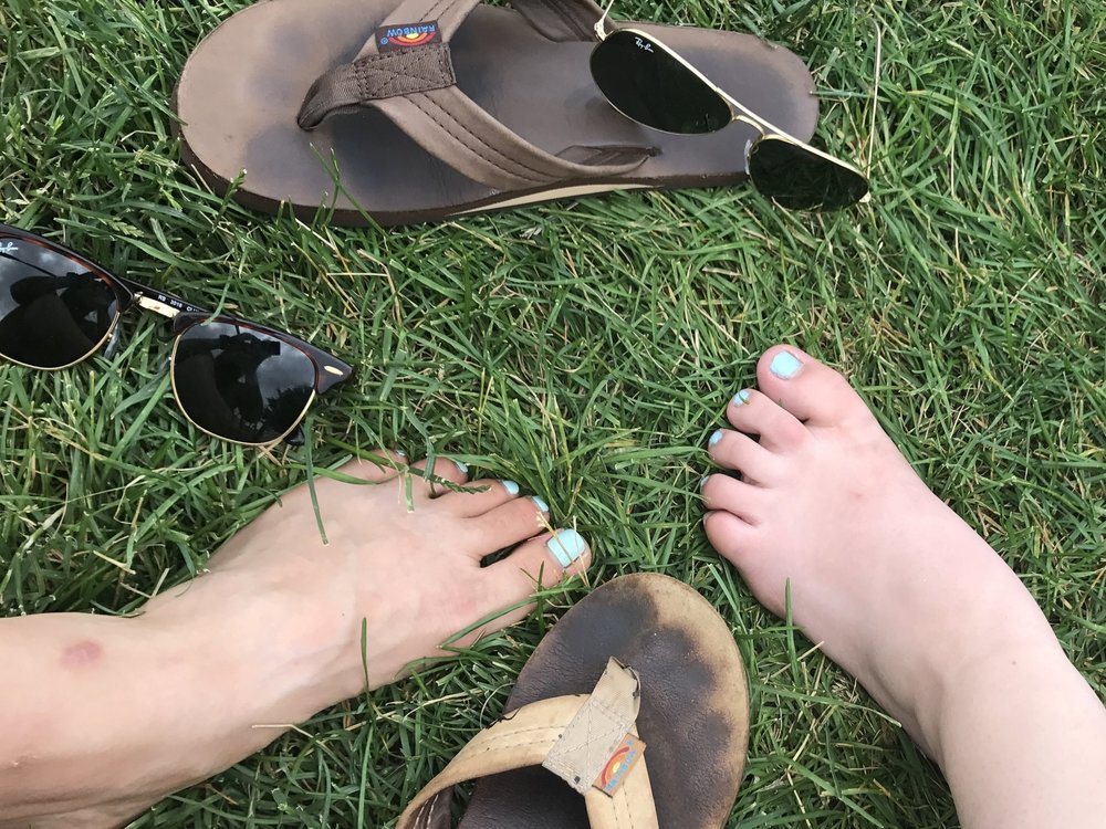 summertime flip flops ray bans