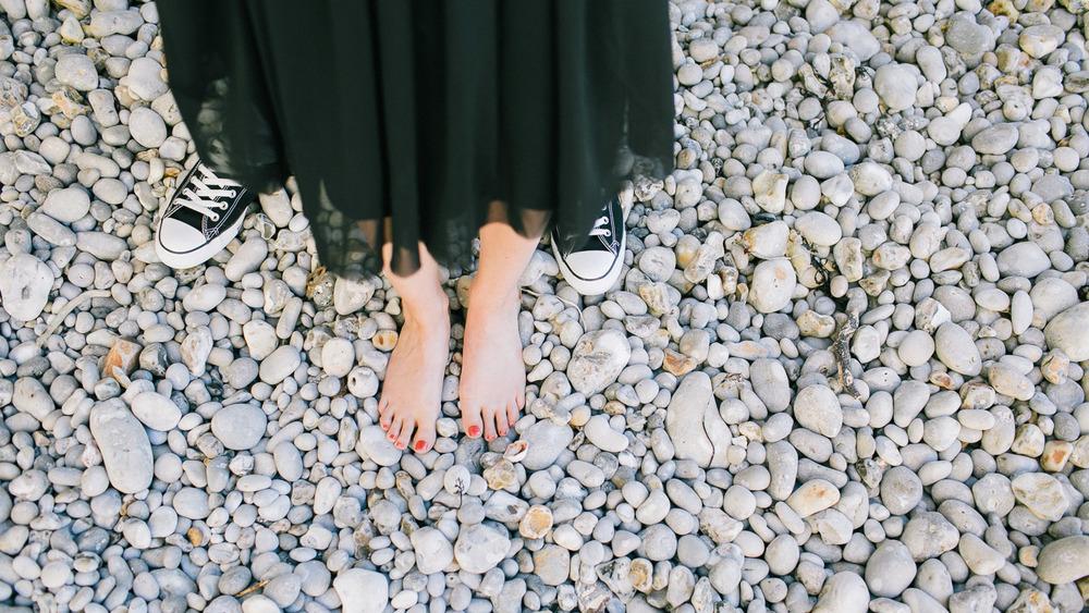 Met blote voeten op het strand in Normandië