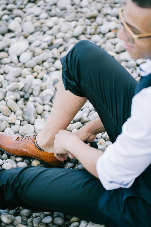 Bruidegom doet schoenen aan