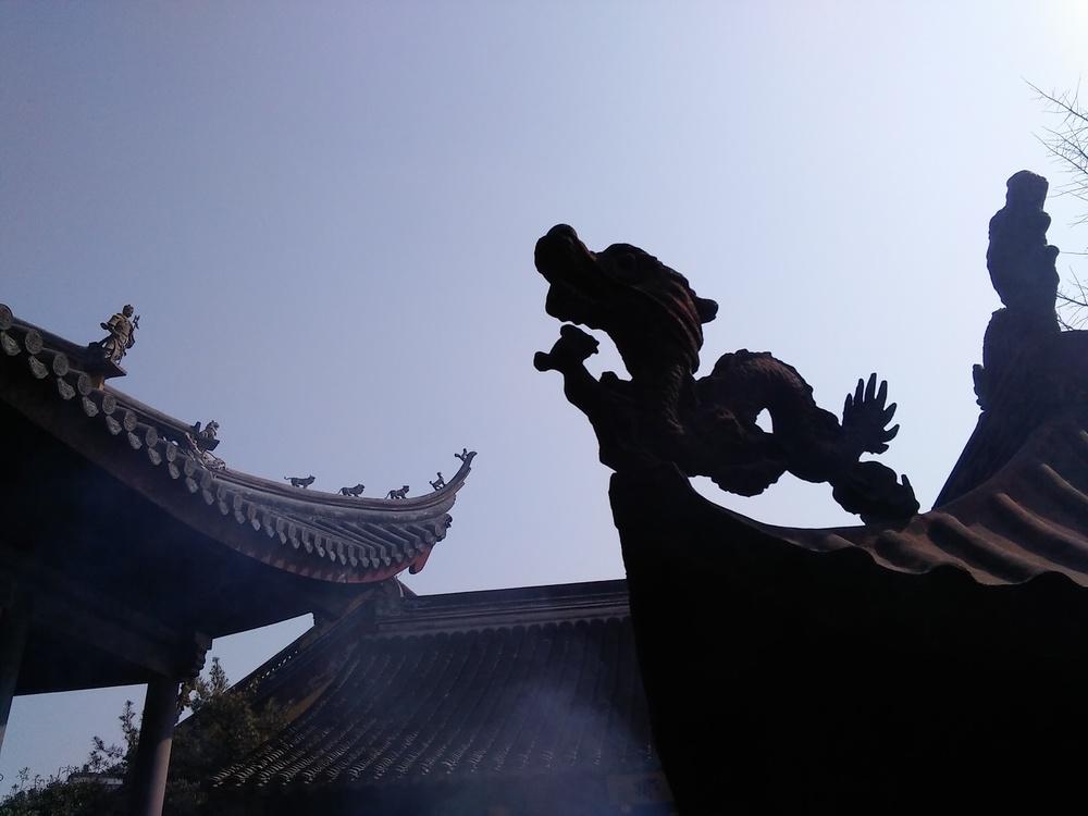 Chants &bells of a Buddhist ceremony are evocative & calming 比如佛事的铃声和佛经诵念既能引起共鸣又能镇静。
