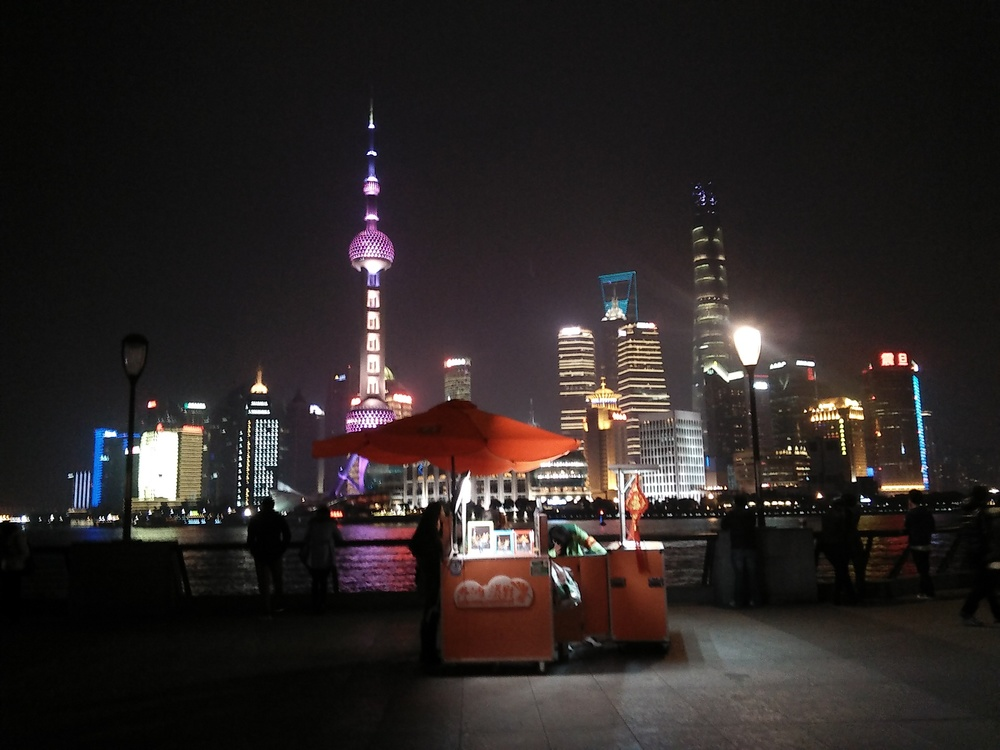The best sounds on The Bund are often at night.  外滩的音声最佳在夜晚间欣赏