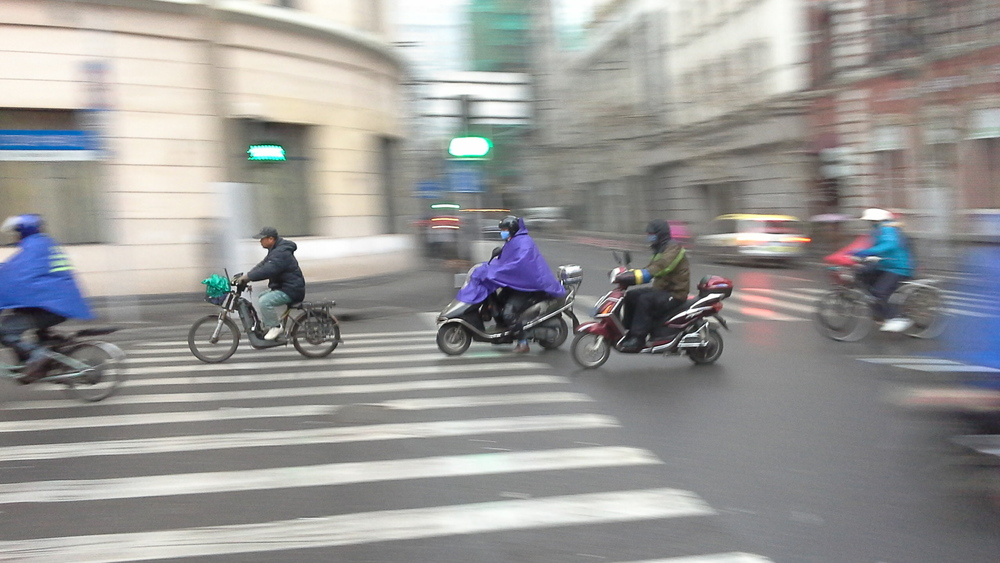 Notice how on rainy days, the wheels of the bikes and scooters sound 'sticky' on the wet streets.  观察下在下雨时,各种车辆的轮胎骑压在潮湿的路面上会产生一种粘湿的声音。