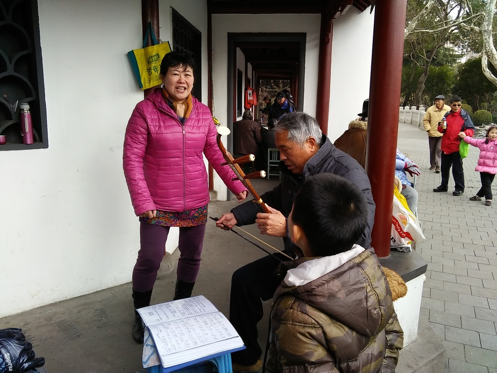 This lady in Lu Xun park was singing traditional Tibetan folk songs, accompanied by an erhu player. 这位在鲁迅公园的女士,正随着二胡的伴奏,唱着西藏的传统民歌。