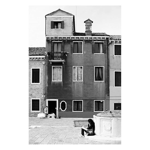 Walking down the street I noticed the funny additional room that was built on top of the building. . The girl studying on the right and the guy bringing in a new washing machine gave some extra dimension to the image. . Tip, always try to find connection points for your eyes to follow, this makes an image much more interesting. . #flair_bw #amateurs_bnw #ig_shotz_bw #igglobalclubbw #monochromemavens #ig_contrast_bnw #noir_vision #ok_bnw #viva_bw #stunningbnw  #bnwsouls #be_one_bw #bnw_awards #simply_noir_blanc #gallery_of_bw #igworldclub_bnw #bnw_mnml #bnw_dark #most_deserving_bw #bnw_eye #ic_bnw #b_w_shots #all_bnwshots #top_bnw_photo #mastinlabs #ilfordhp5 #zwartwit #bwmasters #bw_photography #themonochromejournal