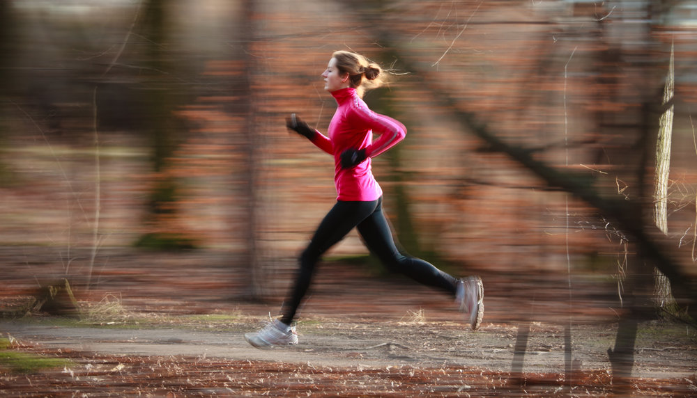 young-woman-running-outdoors-in-a-city-park-on-a-P63R4SV.jpg