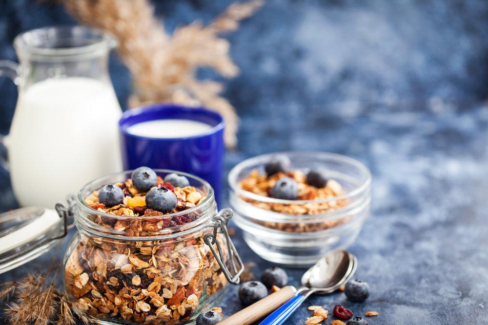 homemade-granola-in-jar-fresh-blueberry-and-milk-PEYBWPW.jpg