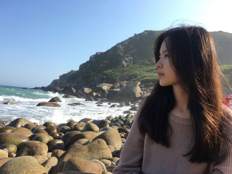 Liang Li in her home province of Fujian. 梁莉在福建的海岸。