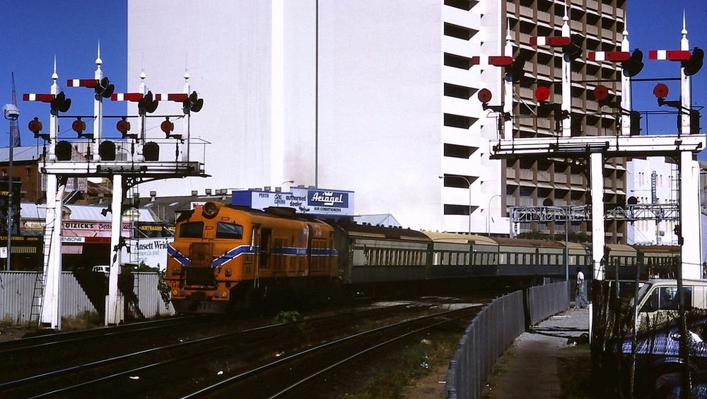 The Australind leaves Perth in March 1986, hauled by an X-class diesel locomotive in the classic orange livery which was introduced following the re-branding of WAGR as Westrail in 1975. (Supplied: Wikimedia Commons)