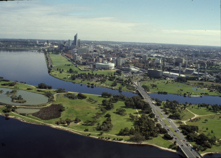 Looking west over the Causeway towards Perth, 1989 (Supplied: State Library of Western Australia)