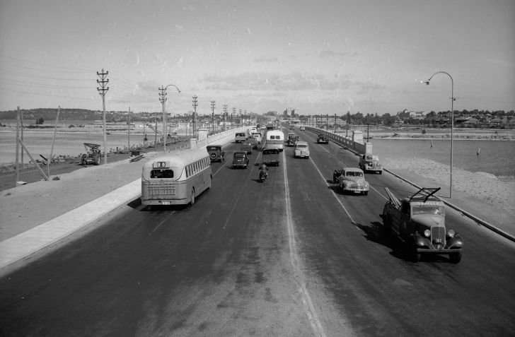 The third iteration of the Causeway shortly after construction, 1955. (Supplied: State Library of Western Australia)