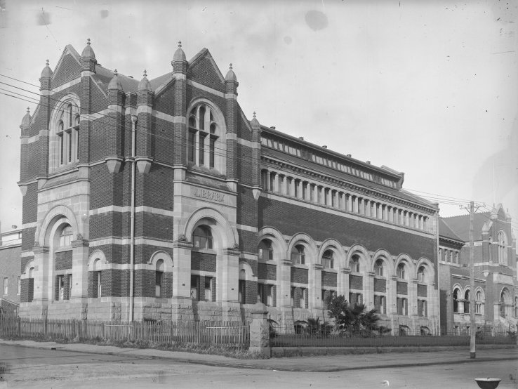 The Western Australian Museum was further expanded in 1913 with the completion of Hackett Hall, to the west of the Jubilee Building. Hackett Hall doubled the exhibition space for the museum and allowed for the removal of some collection pieces from the original Gaol building into displays for the public to view. Pictured, Hackett Hall in 1935, during a period of low development on the Cultural Centre site, due to the repercussions of the First World War and the Great Depression. (Supplied: State Library of Western Australia)