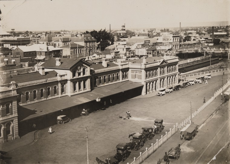 Looking east along Wellington Street with the second Perth Railway Station on the left and the Beaufort Street Bridge in the background, 1923. (Supplied: State Library of Western Australia)