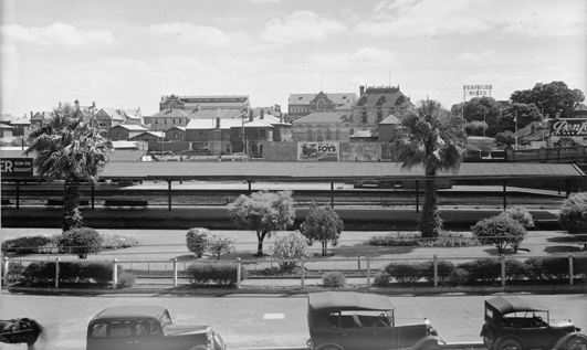 Looking north across Wellington Street and the eastern end of the platforms in 1935. Perth Cultural Centre is prominent in the background. (Supplied: State Library of Western Australia)