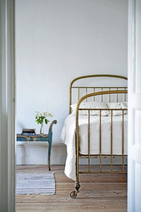 antique-bed.jpg