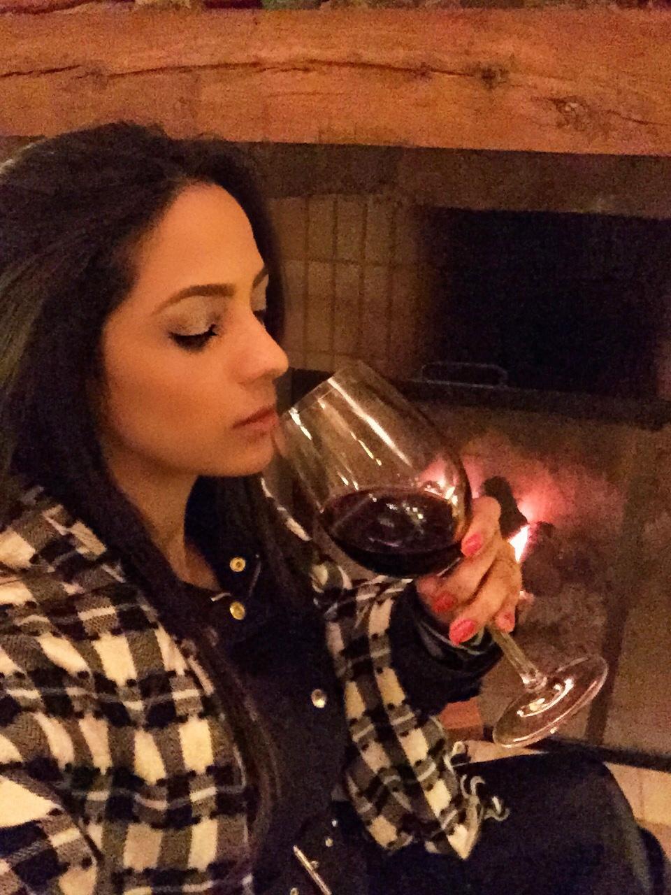 Tem coisa mais gostosa que tomar vinho se aquecendo em frente a lareira?