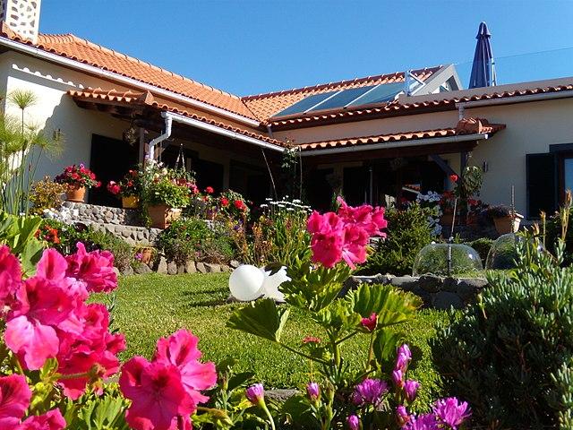 640px-House_in_Prazeres,_Madeira,_Portugal,_June-July_2011_-_panoramio.jpg