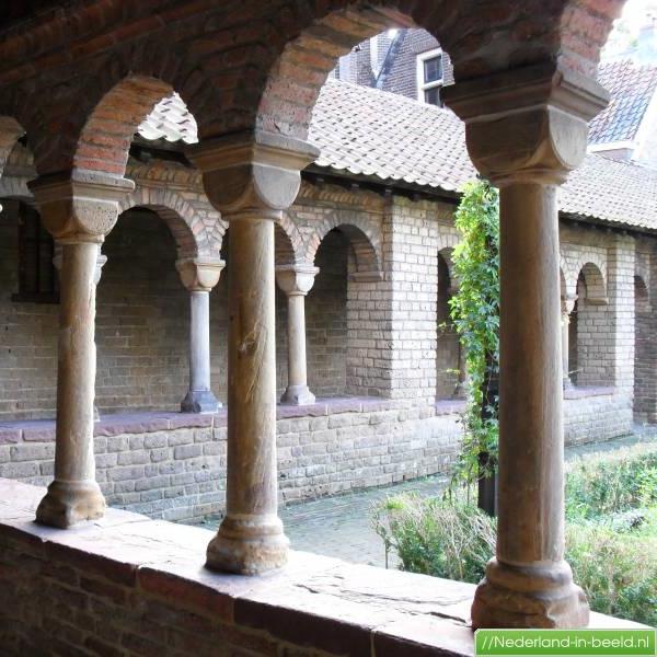 Pandhof Sint Marie, Utrecht   Bouwjaar:   1085-1180  Bouwstijl:  Romaans  Bouwtype: Kloosterhof