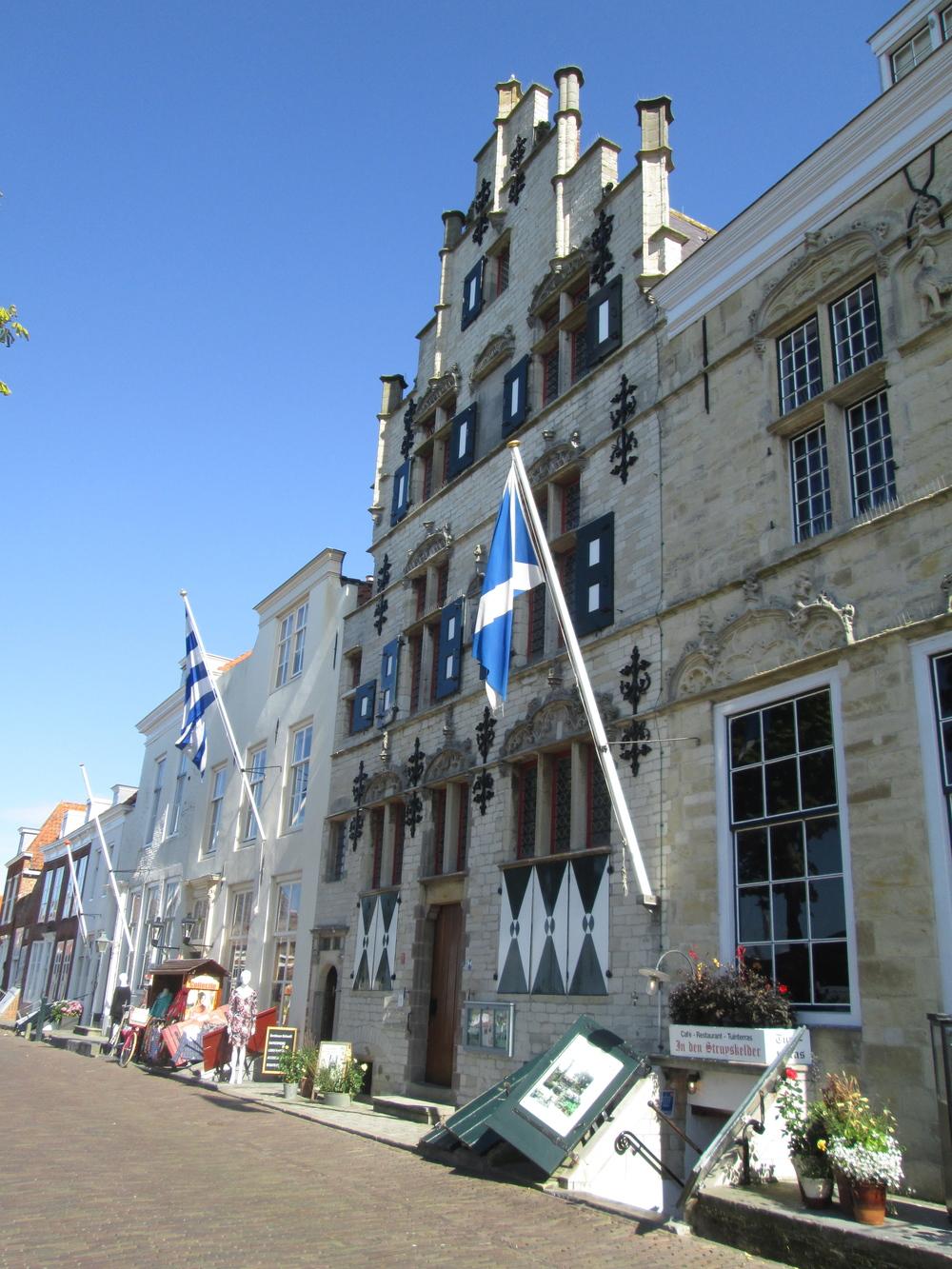 Schots huis 'De Struys', Veere   Bouwjaar:   Tweede helft zestiende eeuw  Bouwstijl:  Gotiek  Bouwtype:  Woonhuis