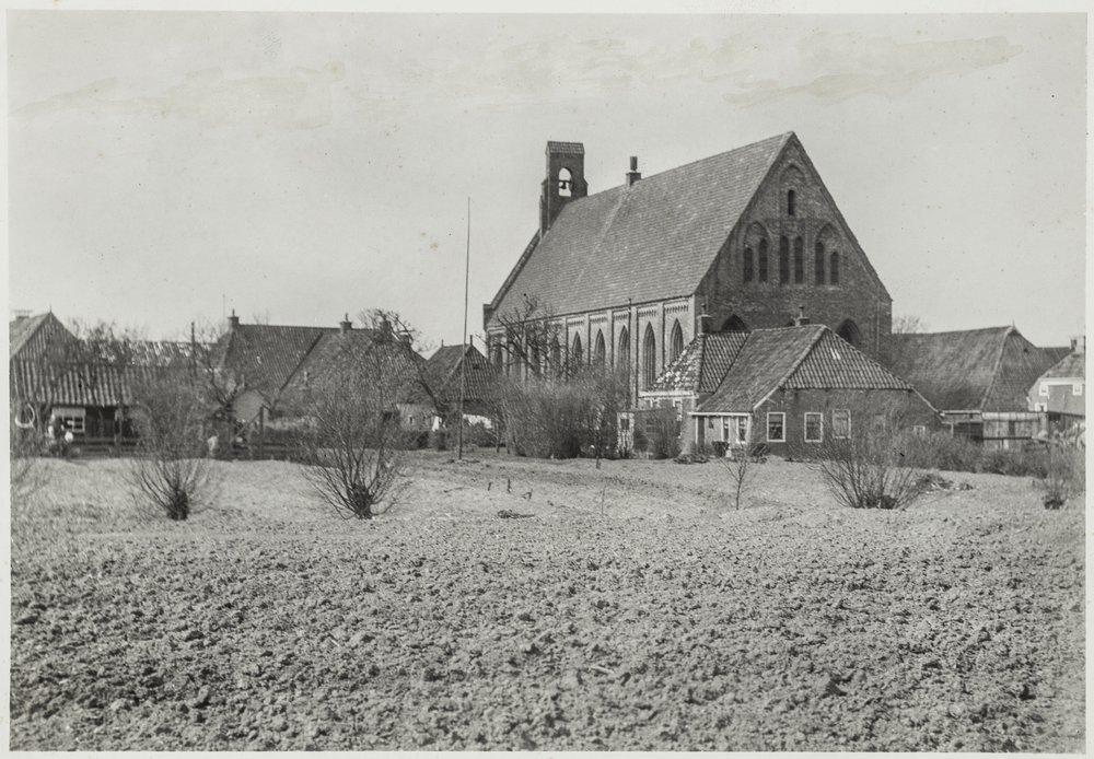 De Abdijkerk omstreeks 1930 vanaf de achterzijde gezien.