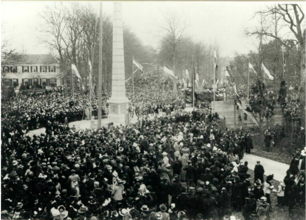 De gedenknaald tijdens de feestelijke opening in 1901.