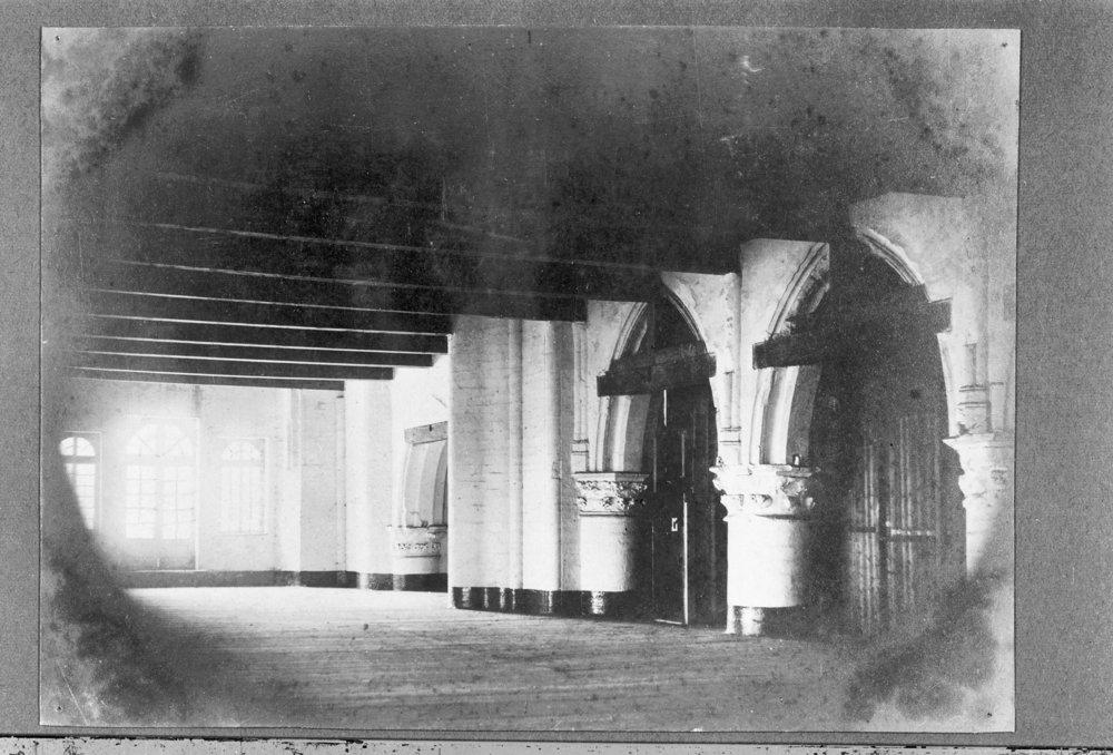Het interieur van de Grote Kerk voor de negentiende-eeuwse restauratie. In de kerk bevinden zich tussenvloeren.