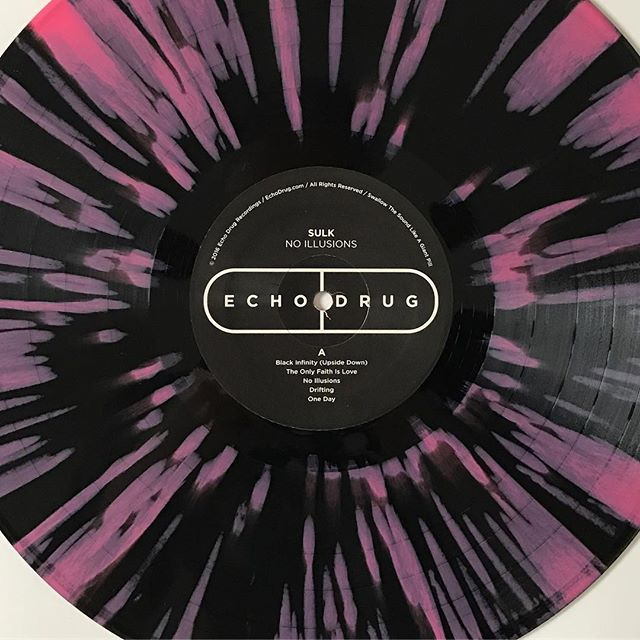😍 Sulk 'No Illusions' - Second pressing variants are here. There are just a few of the Black Infinity splatter variants still available in the shop - get on it! 👌💊👌 #SulkTheBand #NoIllusions #EchoDrug #EchoDrugRecordings #WaxMageRecords #ColoredVinyl #SplatterVinyl #VinylCollective #InstaVinyl #Vinyl #VinylIGClub #VinylAddict #VinylCommunity #Psych #Shoegaze #Psychedelic #RockNRoll