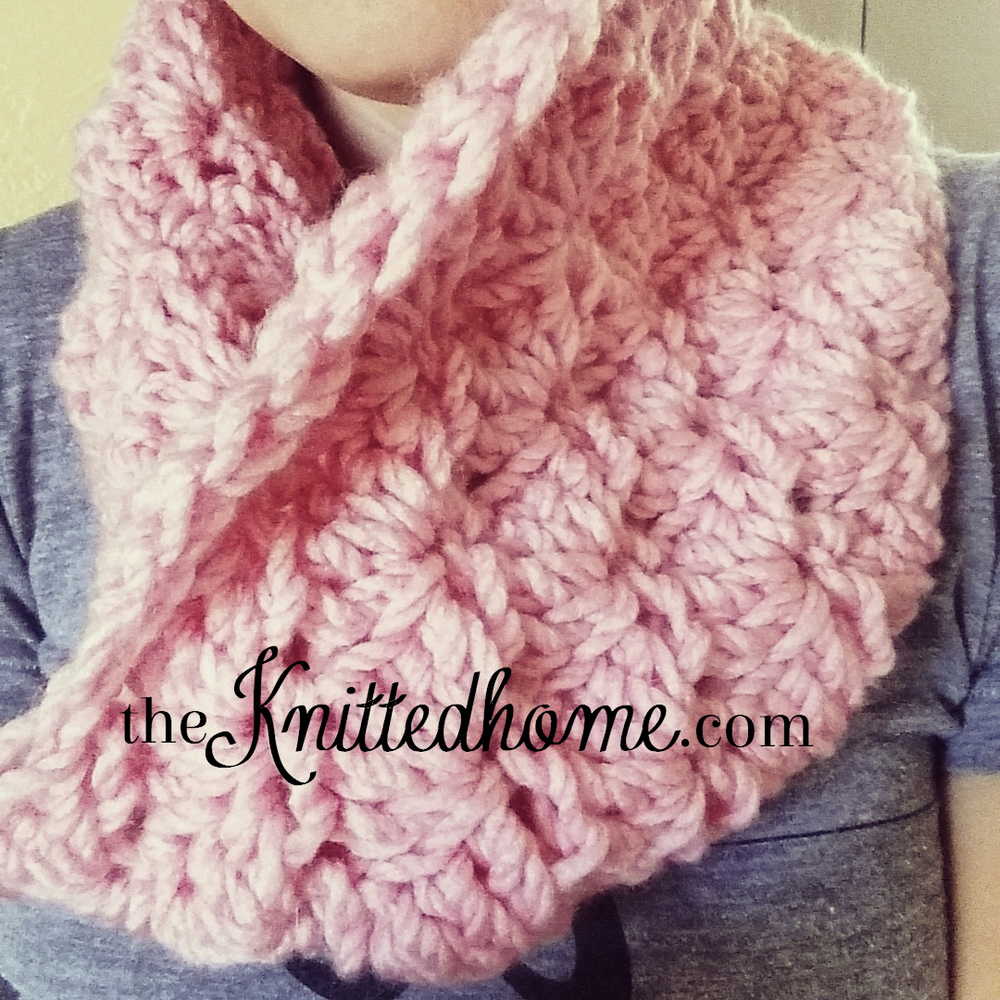 Chunky Crochet Shell mini-cowl | theknittedhome.com