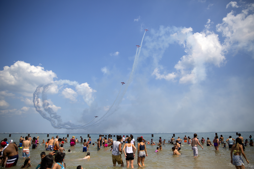 Spectators watch the AeroShell aerobatic team perform at the 2015 Chicago Air & Water Show at North Avenue Beach Sunday, August 16, 2015. (Erin Hooley/Chicago Tribune)
