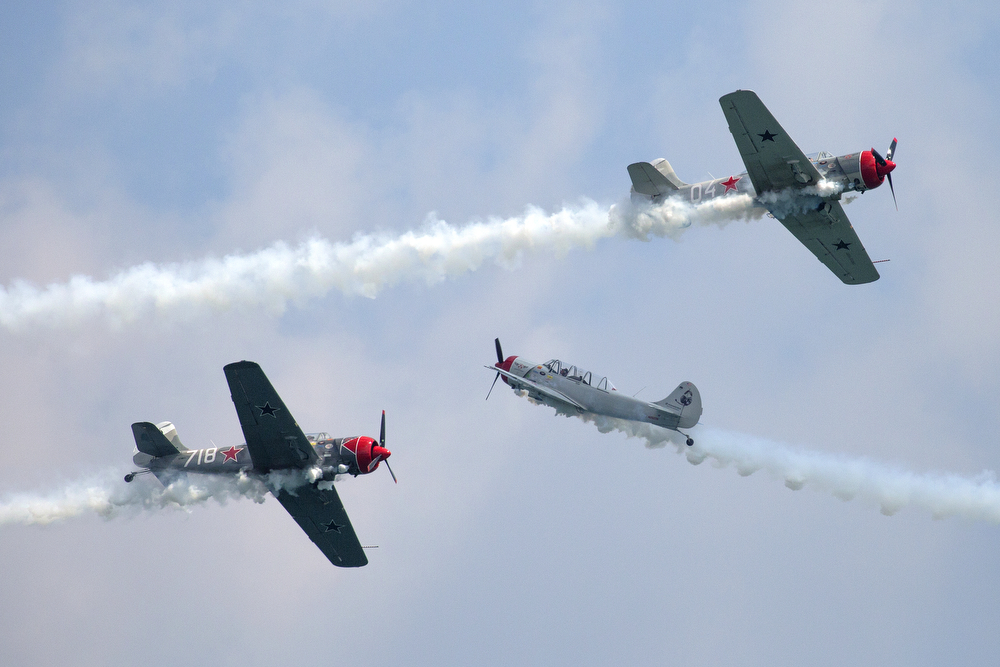 The Aerostars aerobatic team performs in Yak 52 TW airplanes at the 2015 Chicago Air & Water Show at North Avenue Beach Sunday, August 16, 2015. (Erin Hooley/Chicago Tribune)