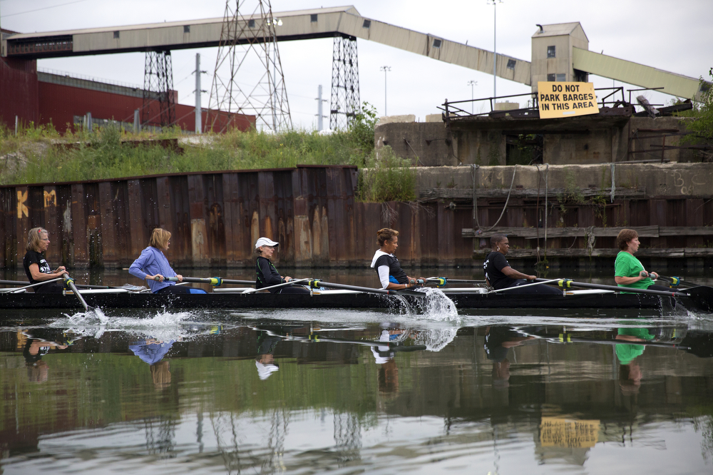 Members of the Recovery on Water breast cancer survivors rowing crew practice on the South Branch of the Chicago River August 26, 2015. (Erin Hooley/Chicago Tribune)