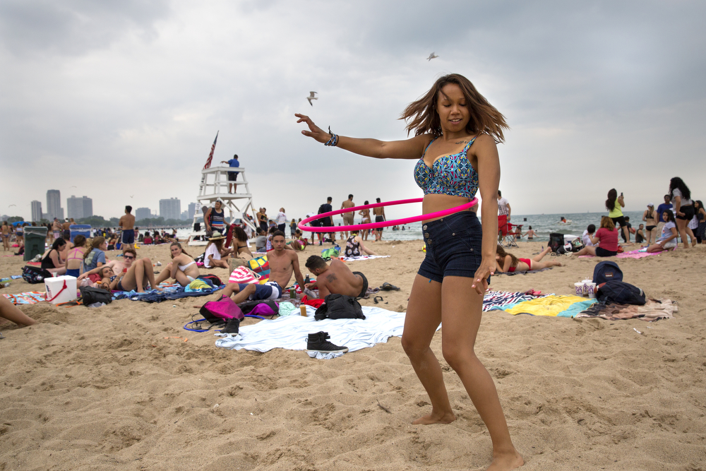 Georgi Davis hula hoops at North Avenue Beach Monday, July 4, 2016, in Chicago. (Erin Hooley/Chicago Tribune)