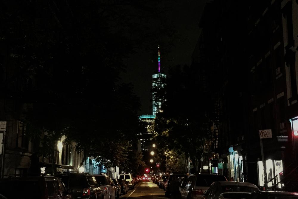 夜のSoHoから見えたワンワールドトレードセンターも虹色に。