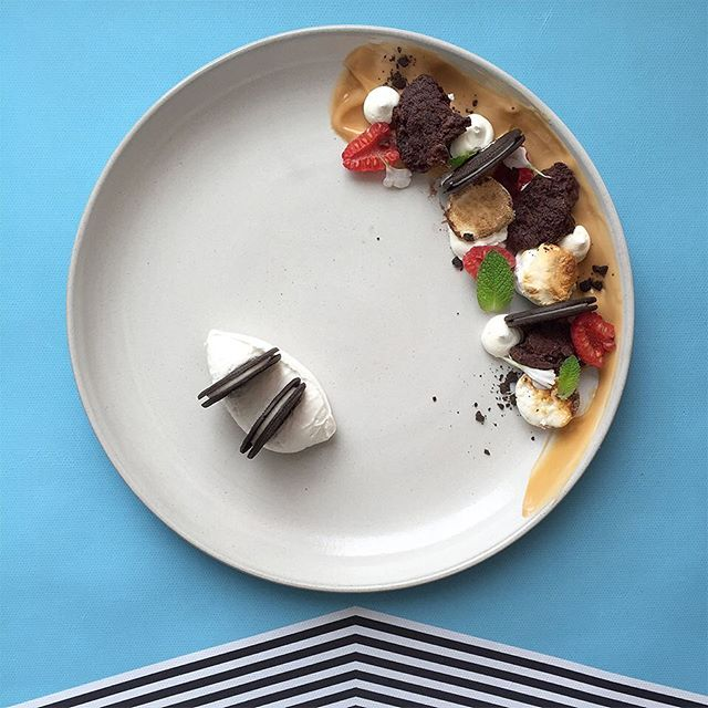 NEGATIVE SPACE GAME CHANGER RN BROS!!!! OREO THINS EMBEDDED IN THAT WHIPPED CREAM YOU GET IN A TUB IN THE FREEZER SECTION, CARAMEL PUDDIN, TORCHED MALLOW, CHUNKS OF BROWNIE, BERRY THINGS, TINY LEAFS, OREO COOKIE CRUMBLE!!!! #sponsored #soigné #theartofplating